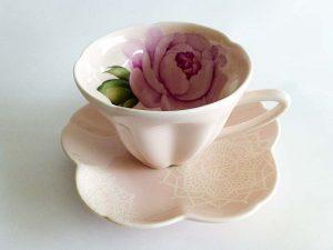内側に花柄をあしらったティーカップ