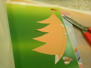 クリスマスツリーの形に切り抜きます