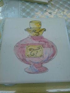 インストラクター課題作品です。 セラミックマーカーと上絵の具イリスで 水彩画のように仕上げます。大好きな香水瓶で